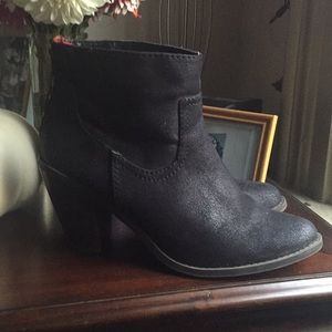 Cute black fall boot with red zip